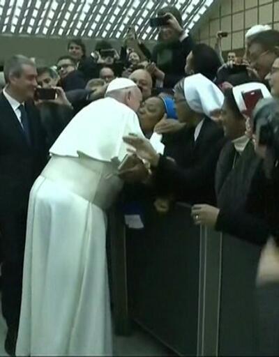 Rahibeyi kırmadı yanağına öpücük kondurdu