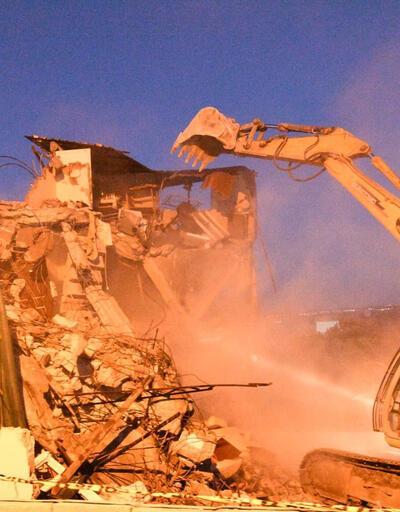 Ağır hasarlı binalarının yıkılmaması için direndiler