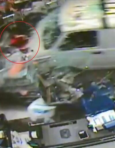 Kamyonet mağazaya daldı: 11 kişi yaralandı