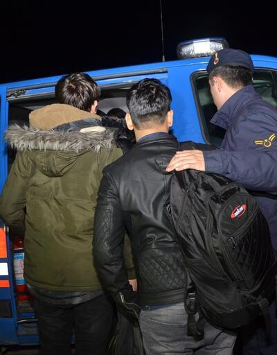Göçmenleri minibüste bırakıp kaçtı