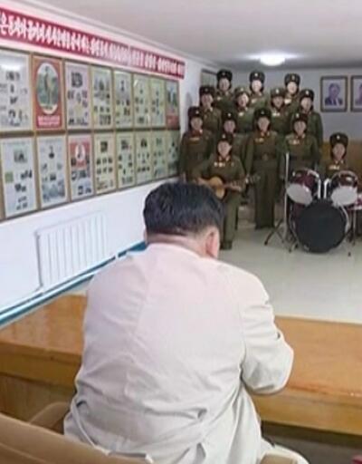 Kadın askerlerden Kim Jong-un'a sevgi gösterisi
