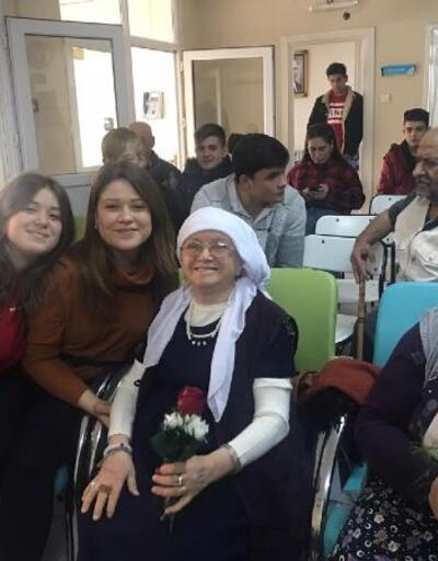 Öğrenciler, ziyaret ettikleri yaşlılarla birlikte şarkılar söyledi