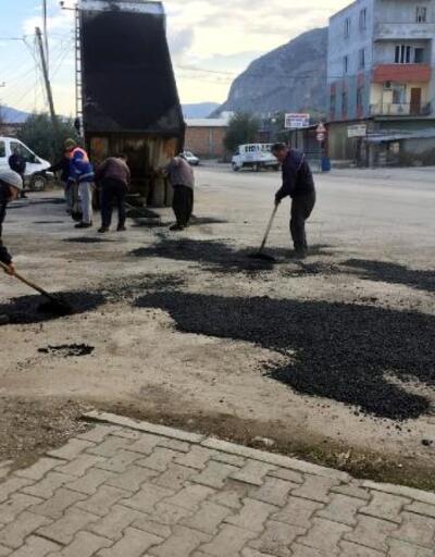 Kozan'da yağmurdan etkilenen yollara bakım