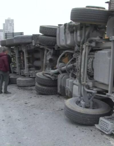 TEM'de kamyon devrildi! Trafik kilit...