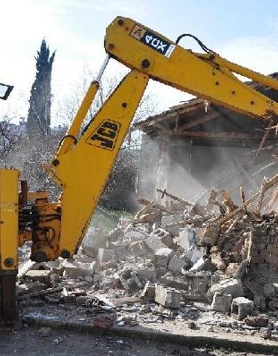 Karacabey Belediyesi'nin metruk binalarla mücadelesi sürüyor
