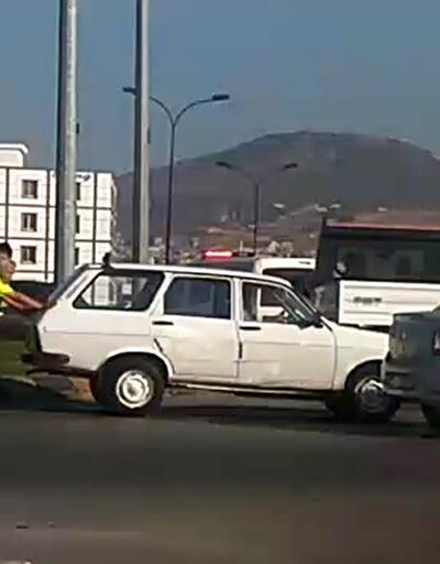 Yol ortasında bozulan aracı, trafik polisleri itti
