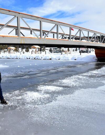 Sivas'ta gölet buz tuttu