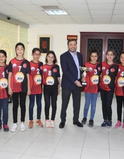 Başkan Kocaispir voleybolda Adana şampiyonlarını kabul etti