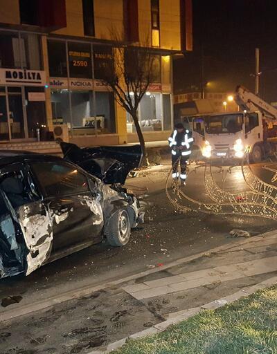 Alkollü sürücü, otomobille aydınlatma direğine çarptı