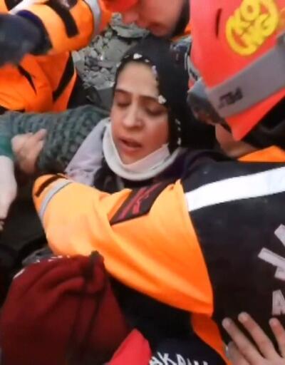 Elazığ'da enkazdan çıkarılan annenin feryadı