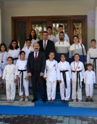 Altınözü Kaymakamı Uygur, şampiyonları ağırladı