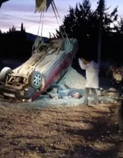 Kum yığınına çarpan otomobil, takla attı: 1 ölü, 1 yaralı