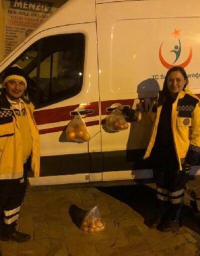 Deprem bölgesinde, sağlıkçılar için ambulans kapısına meyve poşeti astılar