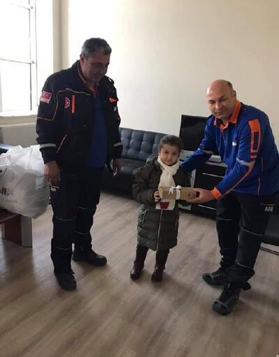 Azra, kumbaradaki 23 lirayı depremzedelere bağışladı
