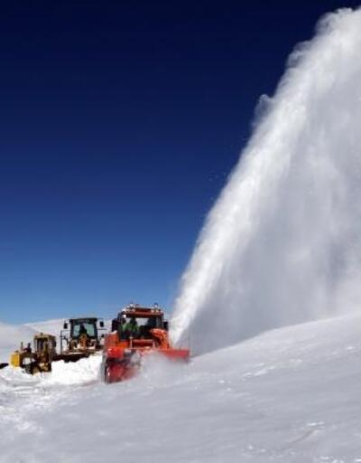Türkiye'nin en soğuk ilçesinde, -30 derecede karla mücadele