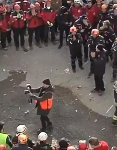 Arama kurtarma ekiplerinden enkazda duygusal tören