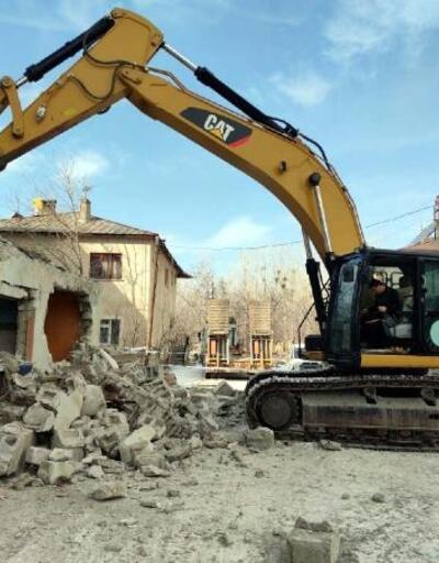 Erciş'te, 132 metruk bina yıkıldı