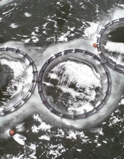 Barajdaki balık kafesleri buzla kaplandı
