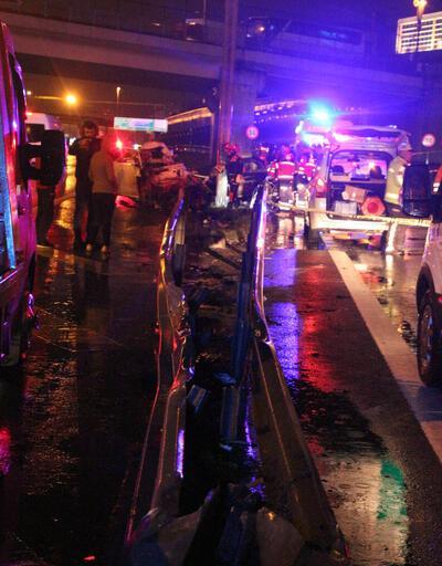 İstanbul'da feci kaza! Direğe çarpan otomobil ikiye bölündü: 1 ölü