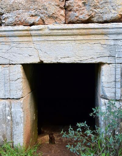 Türbe sanılan yapı tarihi anıt mezar çıktı