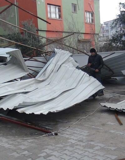 Şiddetli fırtına evin çatısını uçurdu
