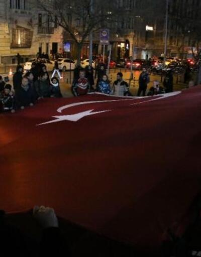 Motosikletliler Yunan milletvekilini dev bayrakla protesto ettiler