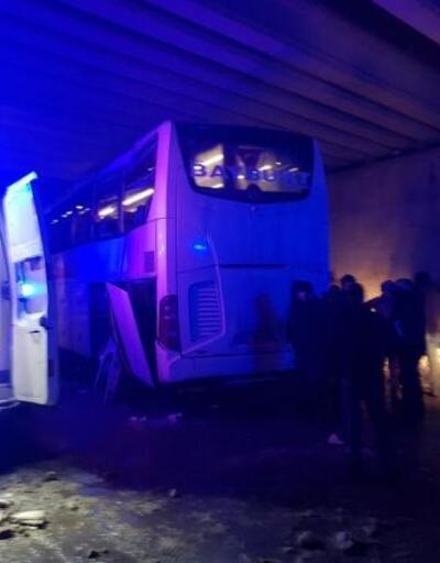 Sivas'ta yolcu otobüsü köprüye çarptı: 9 yaralı