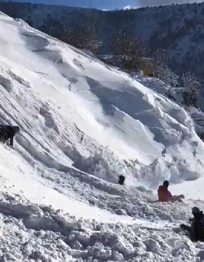Kayak yapan çocukların 'çığ'a yakalandığı o anlar kamerada