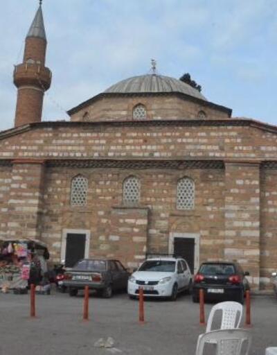 Manisa'da depremde minaresi zarar gören tarihi cami ibadete kapatıldı