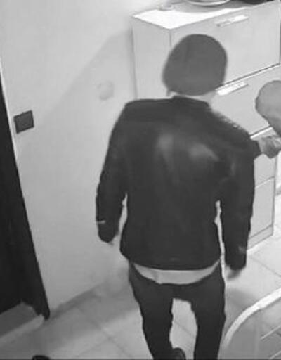 Kapı önlerindeki ayakkabı ve terlikleri alıp, kaçtı
