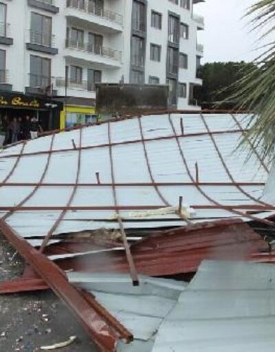 Balıkesir'de fırtına, 5 katlı binanın çatısını uçurdu