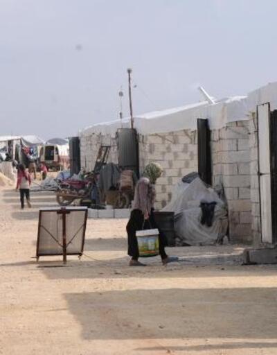 Türkiye sınırına göç eden Suriyeliler, briket evlere yerleştiriliyor