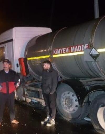 Kimyasal madde yüklü tanker refüje çarptı