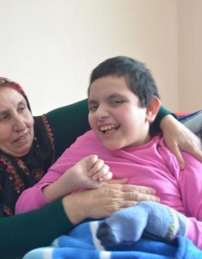 Anne ve babasının terk ettiği engelli torununa gözü gibi bakıyor