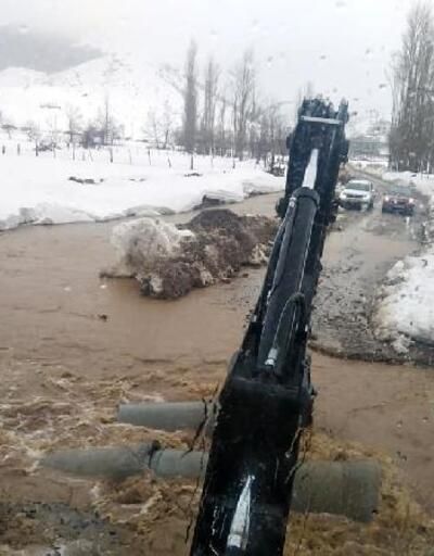 Feke'de sel ve heyelan nedeniyle yollar ulaşıma kapandı
