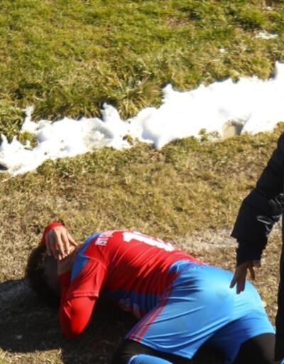Stadın dışından atılan taşlarla bir futbolcu yaralandı