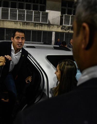 Guaido Venezuela'ya döndü: Bir yanda destek diğer yanda su şişeli protesto