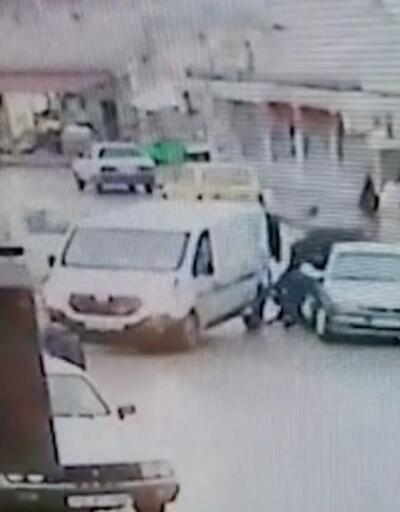 Savrulan kamyonet 2 kişiye çarptı