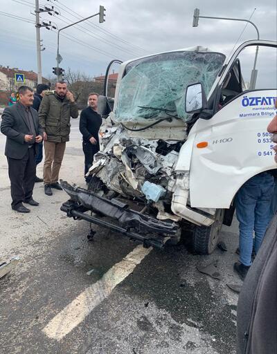 Kamyonet kırmızı ışıkta duran kamyona çarptı