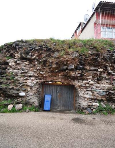 Tarihi surların üzerine ev yaptılar