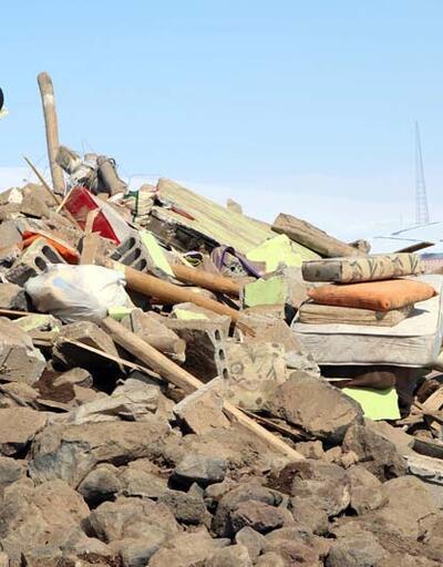 Deprem bölgesinde inceleme; briket ve taşları çamurla bağlamışlar