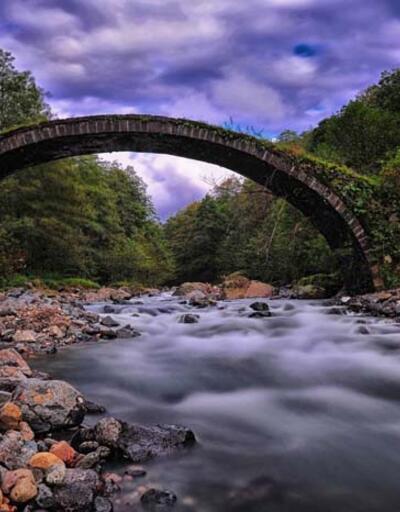 Tarihi Aşıklar Köprüsü yıkıldı