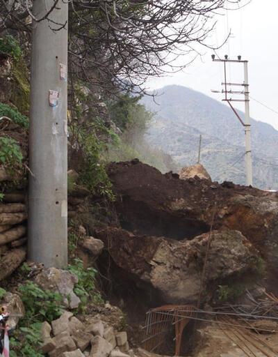 Aydın'da heyelan yolu kapattı