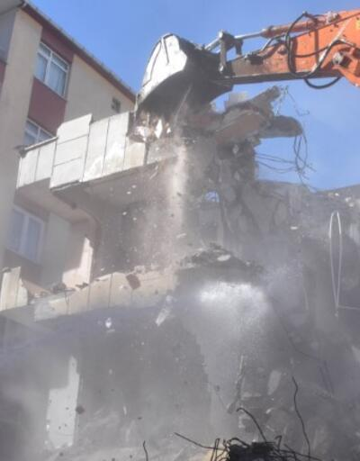 Ağır hasarlı 3 bina daha yıkıldı