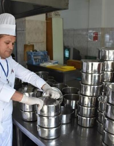 Edremit Belediyesi'nden ihtiyaç sahiplerine yemek yardımı
