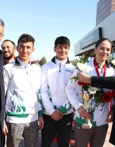 Alp'in şampiyonu çiçeklerle karşılandı