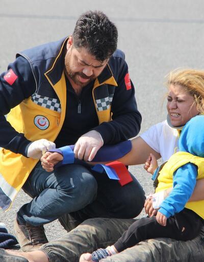 Yaralanan anne çocuğunu kucağından bırakmadı