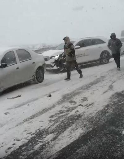 Rusya'da kar fırtınası: 20 araç birbirine girdi