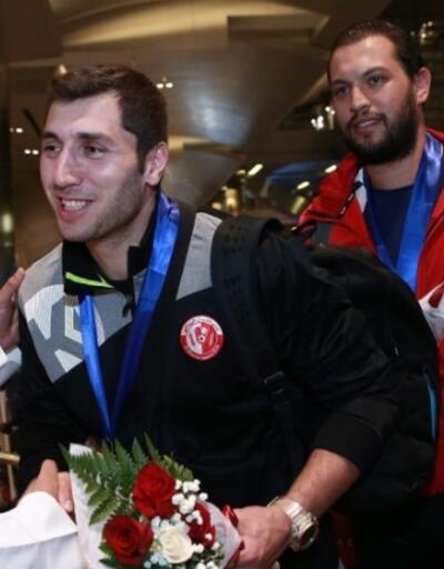 Türk hentbolcu Katar'da takımıyla şampiyonluğa ulaştı