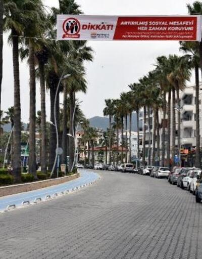 Marmaris caddelerine 'Evinde kal' pankartları asıldı